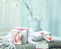 Christmas table decoration ideas red and white,winter wonderland table decoration ideas,raffaello decoration holidays,white boxes with red seals,white box for gifts,