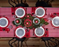 red and green holiday decorations,natural dining room ideas,traditional dining room holiday ideas,green and red table setting,design ideas for dining room table,