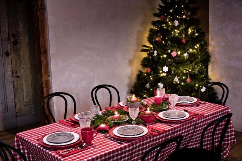 natural dining room ideas,traditional dining room holiday ideas,green and red table setting,design ideas for dining room table,red and green holiday decorations,