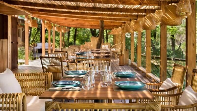 wooden restaurant design,wood furniture dining room ideas,blue tableware design,eco hotel costa rica luxury,table setting ideas,