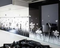 white black kitchen decor,print za kuhinjsko staklo,flowers decor for wall,kitchen backsplash neutral colors,kitchen flowers decorations,