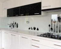 white glass kitchen backsplash fruits,glass kitchen backsplash tile,croatian kitchen design ideas,staklo u kuhinji slike,white black kitchen decor,