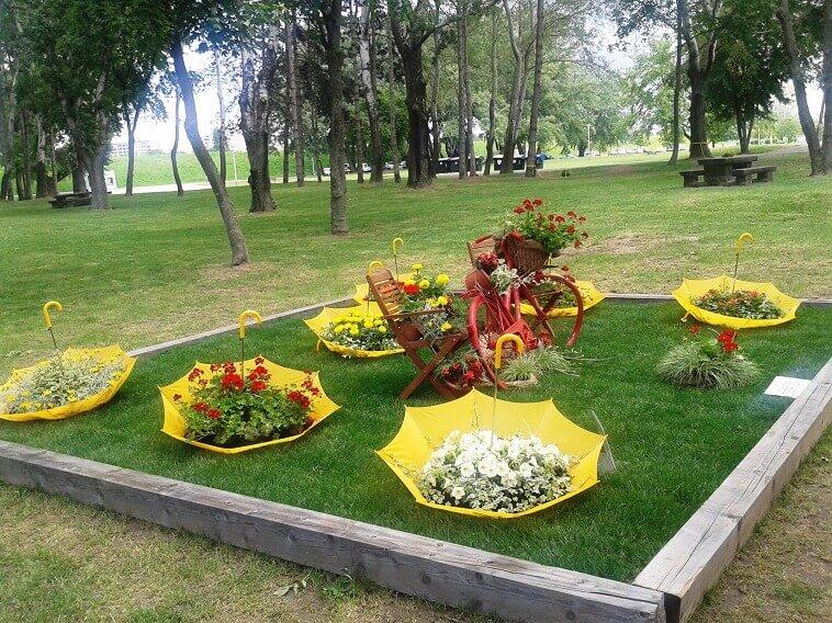 yellow umbrellas for garden plants,flowers planted in umbrellas,zagreb garden show,garden art made from bicycle,garden art made from recycled items,