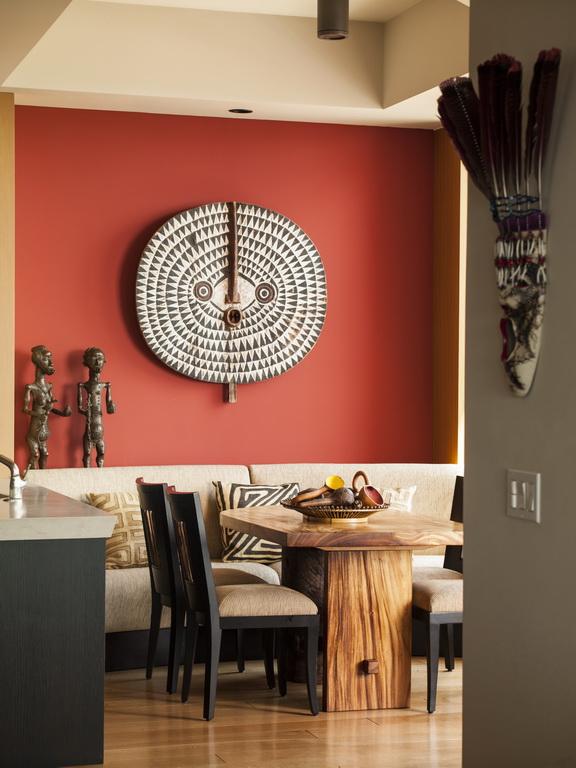 C_Taylors_design_penthouse_dining_room_African_art_Florida_Archi-living_resize.jpg