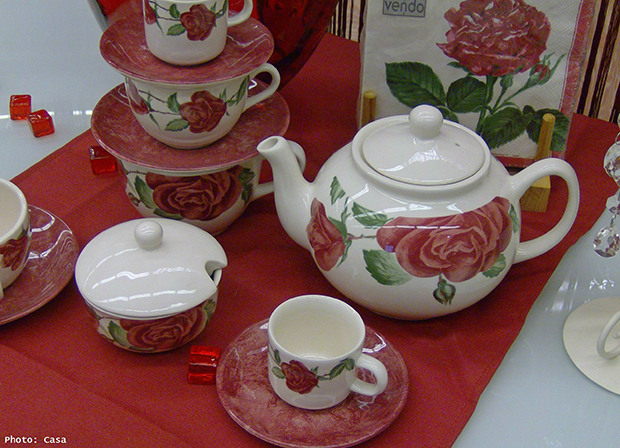 roses decoration table,table decor dishes,romantic breakfast ideas,red roses ideas,red table decor breakfast,