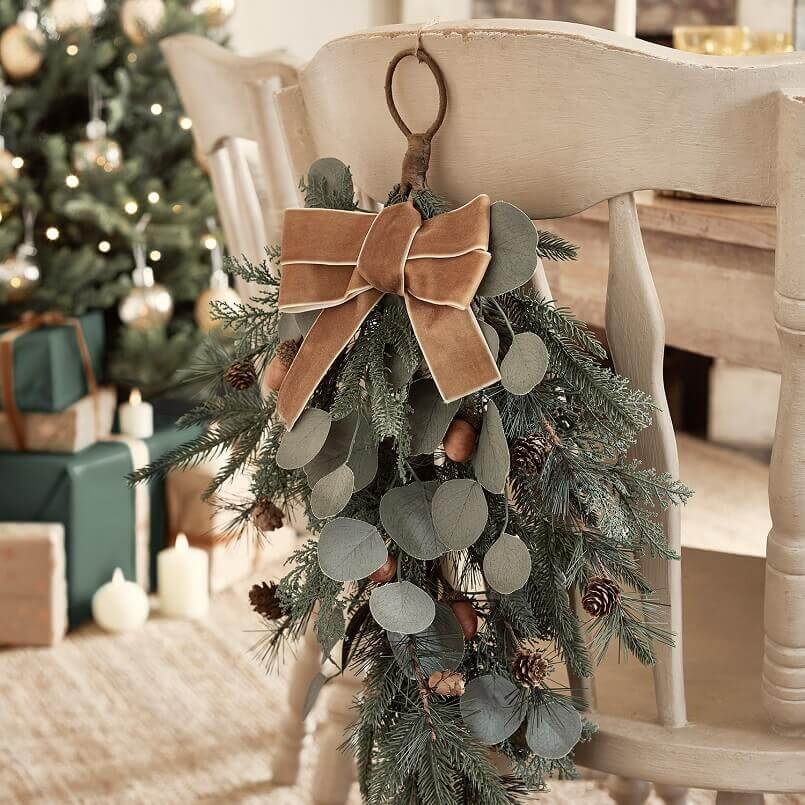 holiday chair decorations,Christmas table decoration ideas,Christmas decorations for chairs,decorative bough for chairs,holiday rustic dining room decorating ideas,