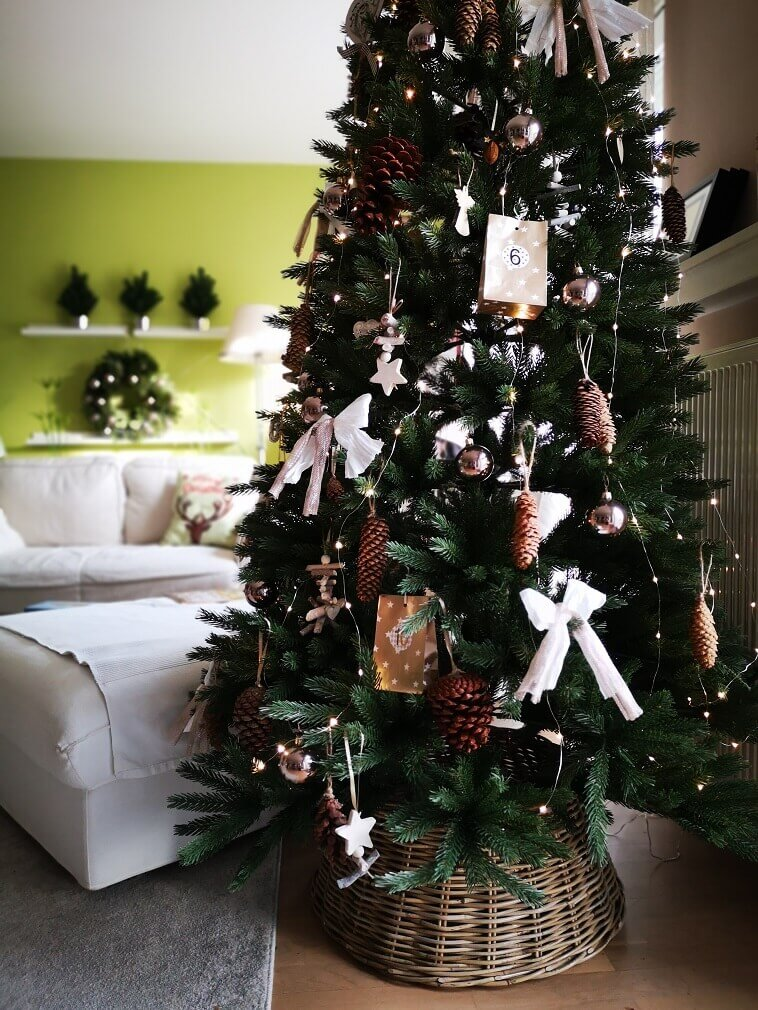 Feng Shui holiday decorating,Christmas tree placement Feng Shui,neutral colored Christmas ornaments,white bows for Christmas tree,stars and angel holiday decoration,
