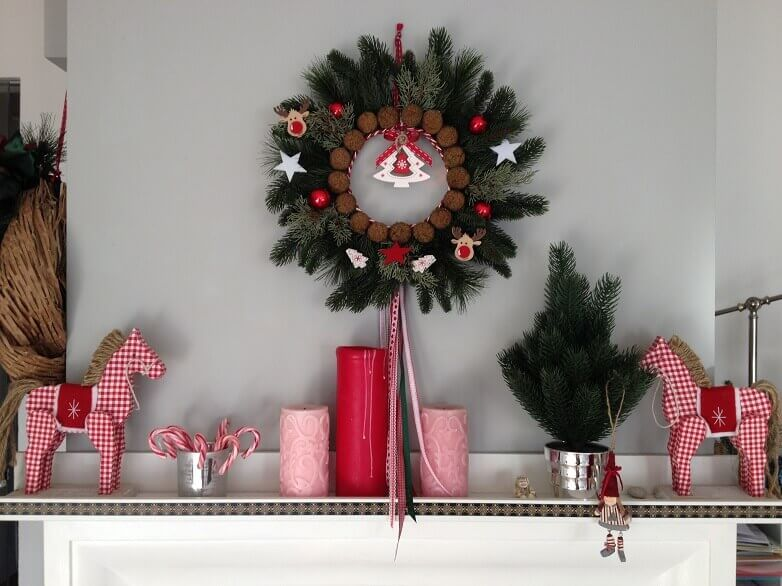 Christmas wreath decorations,Feng Shui Christmas decorations,red and white Christmas decorations ideas,red and pink candles,candy cane holiday ornaments,