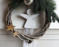 Christmas wreath door,Christmas wreath with angels,natural holiday decor ideas,holiday decorations with pine needle Christmas,stars holiday ornament doors,