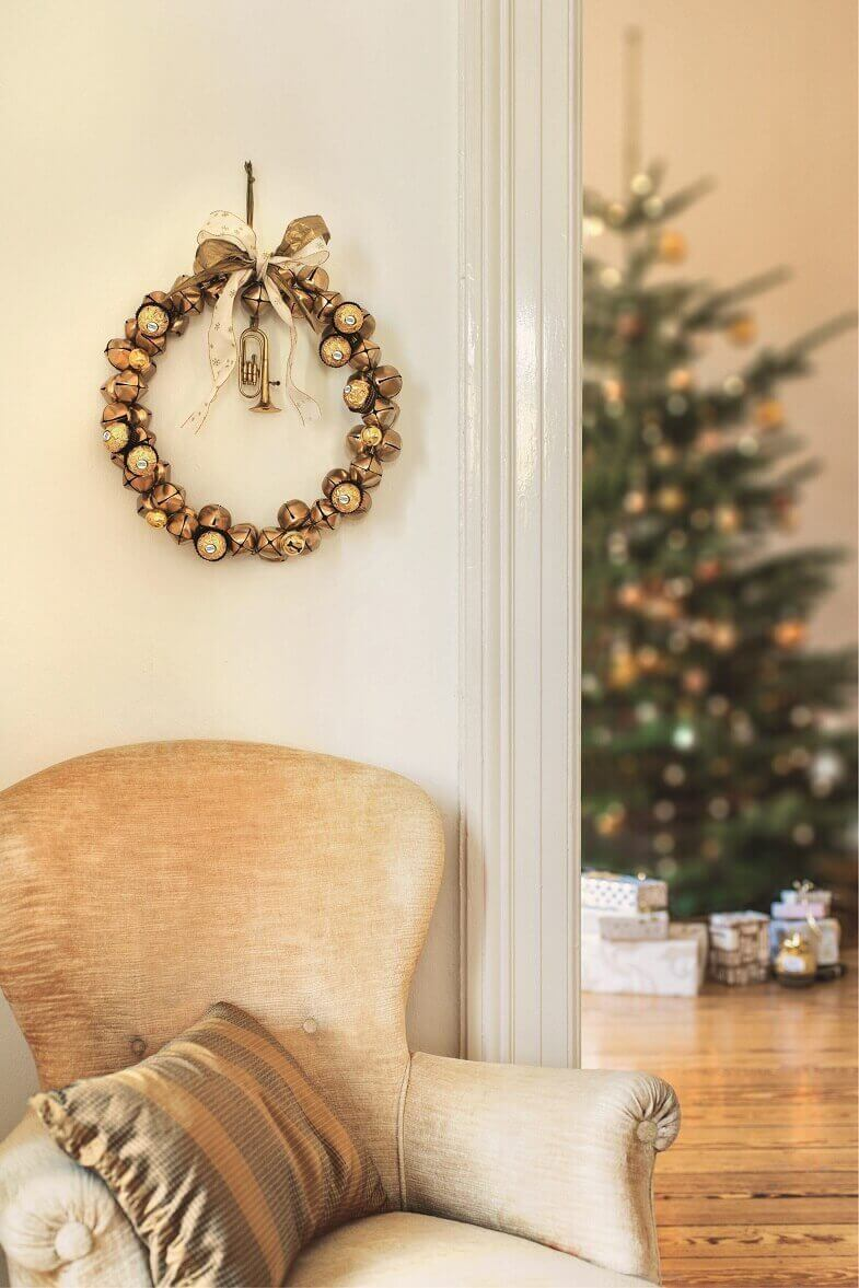 gold Christmas wreath ideas,gold white Christmas ornaments,luxury holiday decor for living room,golden sofa covers,living room Christmas tree ideas,