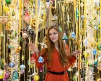 retail window display Christmas,shop display trends,Christmasworld trends 2019,holiday decor trends 2020,yellow and gold holiday decorations,