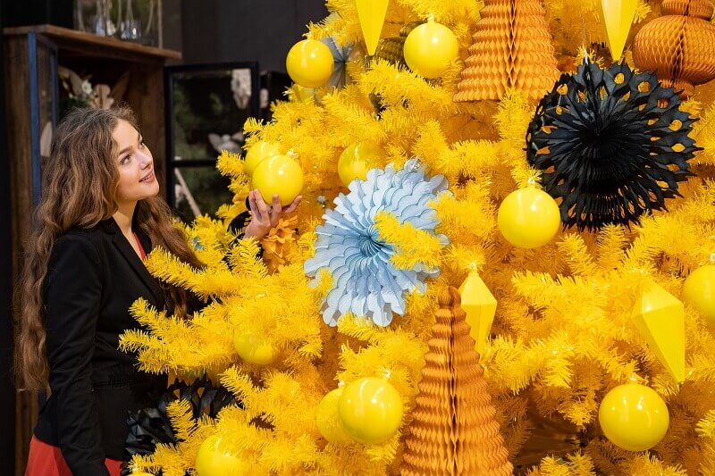 yellow and gold holiday decorations,retail window display Christmas,shop display trends,Christmasworld trends 2019,holiday decor trends 2020,