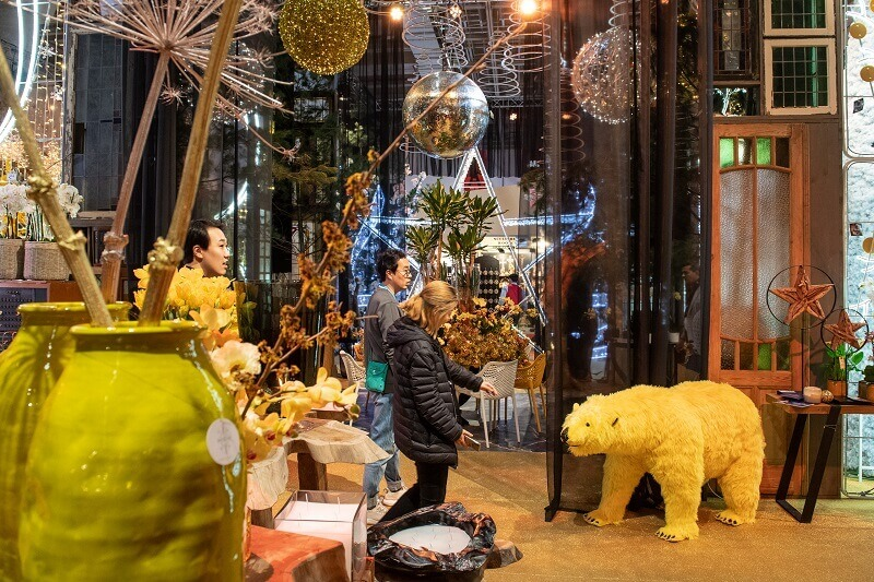 yellow bear decoration,large yellow Christmas ornaments,yellow colour flower vase,retail holiday decorating ideas,retail design trends,