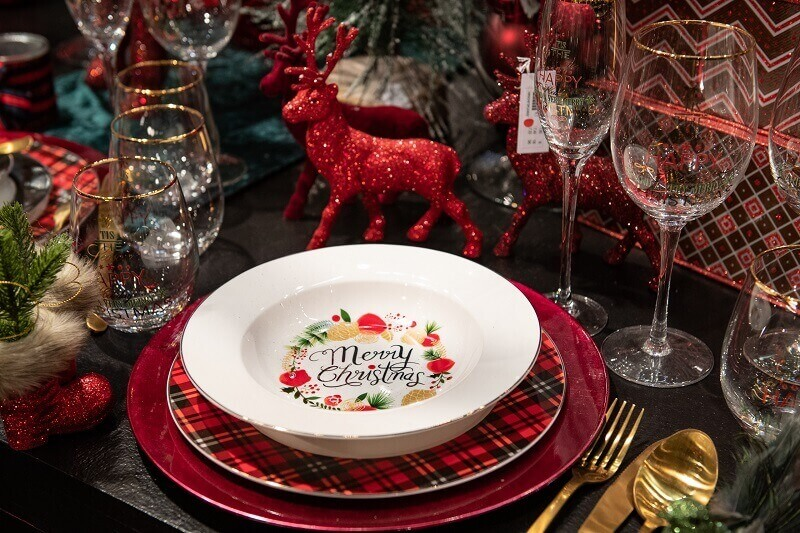 Merry Christmas table decorations,Christmas dinner table setting ideas,red white Christmas table decorations,gold plated cutlery ideas,how to set holiday table,