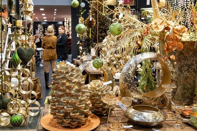 gold pine cone Christmas decorations,pine cone shaped candles,Christmas candles and candle holders,gold Christmas lights and decoration ideas for room,green gold holiday ornament,