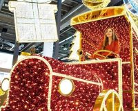 retail window display Christmas,shop display trends,Christmasworld trends 2019,holiday decor trends 2020,yellow gold red white holiday decorations,