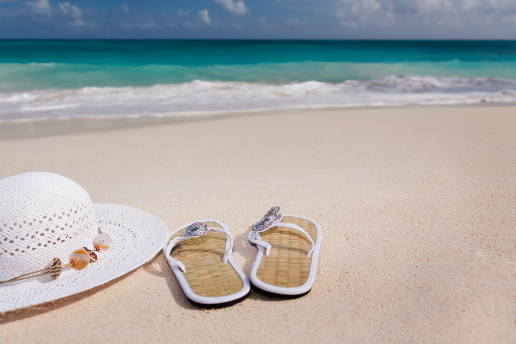 D_white-hat_and_flipflops_on_the_sandy-beach_Archi-living_resize.jpg