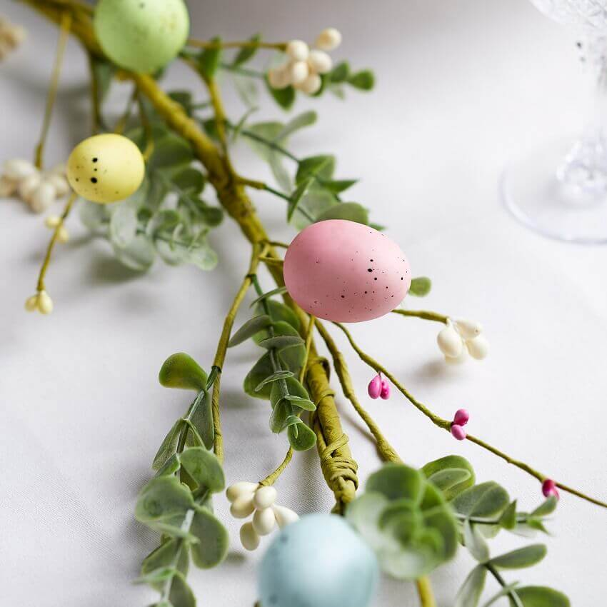 colorful Easter eggs for garland,creative decorations for the house,pastel colors decorating ideas,Easter garland for mantle,Easter garlands decorations,
