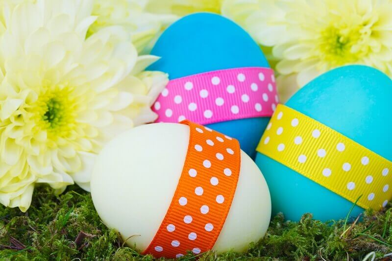 Easter eggs decorated with ribbon,Easter eggs and flowers images,Easter decorations ideas table centerpieces,Easter eggs in grass images,blue and white Easter eggs,
