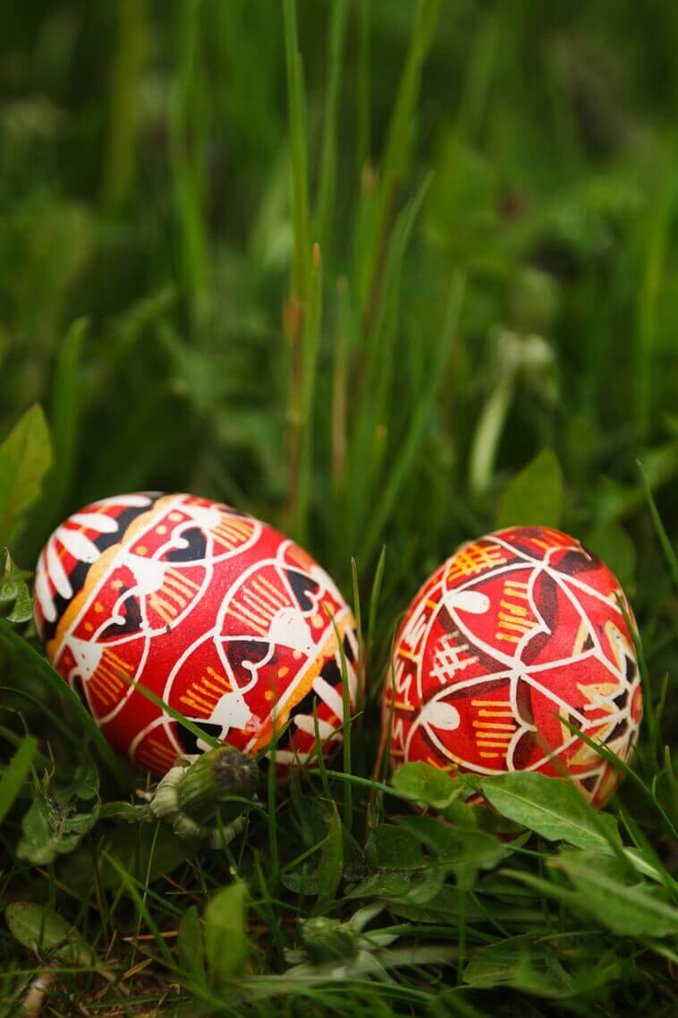 red and white Easter eggs,artistic Easter eggs,two Easter eggs on grass images,Easter egg arts and crafts,Easter decorating ideas for outside,