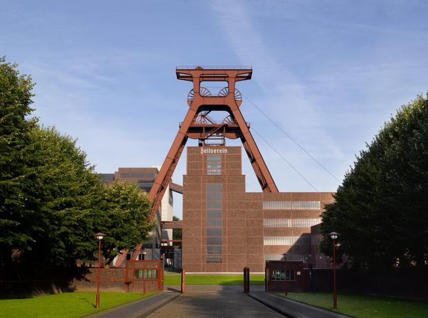 Essen_Zollverein-Coal-Mine-Industrial-Complex-winding-tower-XII_Owner_Stiftung-Zollverein_Photographer_Willemsen-Thomas_GNTB_resize556f631edfe0f.jpg