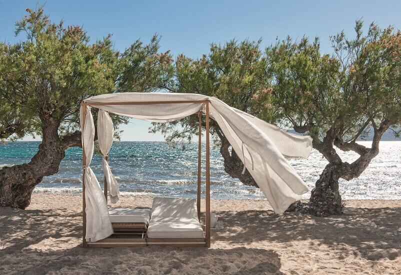 beach daybed for two with baldahin,outdoor design on the beach,relaxing garden furniture,outdoor seating for a couple,design an outdoor living space,
