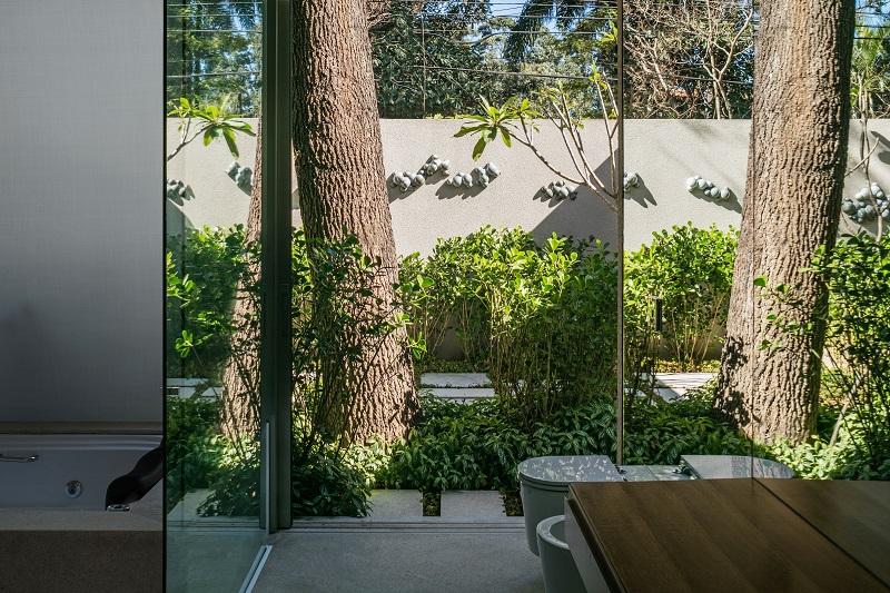 residential design,architecture projects,architecture in brazil,São Paulo,Brazil,Perkins + Will,architects,luxury homes,luxury interior,luxury furniture,garden design,bathroom,bathroom ideas,bathroom decor,luxury bathrooms,luxury bathroom design,tropical bathroom