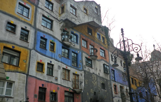 hundertwasser krawina haus wien,hundertwasser krawina house vienna,great austrian architects,vienna tourist attractions,famous colorful architecture,