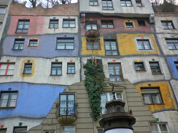 hundertwasser krawina haus wien,hundertwasser krawina house vienna,great austrian architects,vienna tourist attractions,famous colorful architecture,