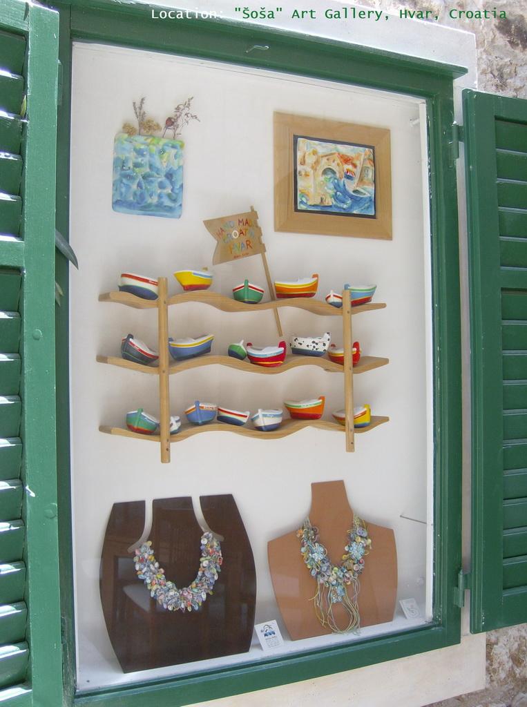 J_Sosa-Art-Gallery_Hvar_Croatia_window-display_design_Archi-living_resize.jpg