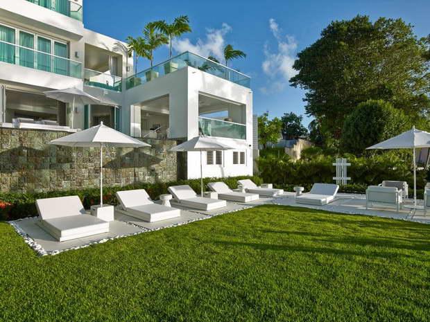 kelly hoppen design style,villa on beach barbados,modern villa architecture design,white chaise lounge outdoor,luxury villa outdoor lounge,