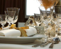 festive holiday table settings,white gold silver wedding theme,gold white and silver wedding decor,decorating napkins with ribbon,classy wine and champagne glasses,