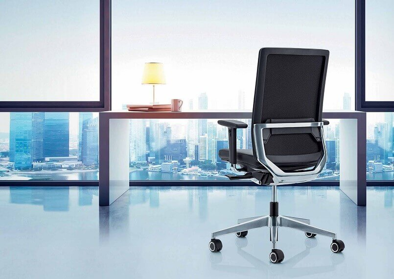 how to select a writing desk,office with a view window,selecting a work desk with chair,black office chair with arms,modern office design furniture,