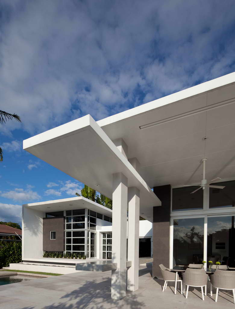 house with a view,palm trees in the garden,glass dining table,luxury home florida,modern white house facade,