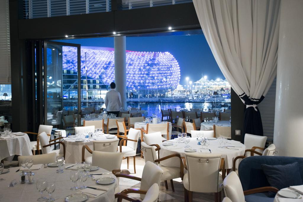L_Yas-Marina_Yas-Island_-UAE_Cipriani-restaurant_Archi-living_resize.jpg
