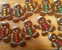 gingerbread cookies with frosting,ginger cookies with frosting,holiday gingerbread cookies,gingerbread man cookies colorful food,gingerbread man decorating ideas,