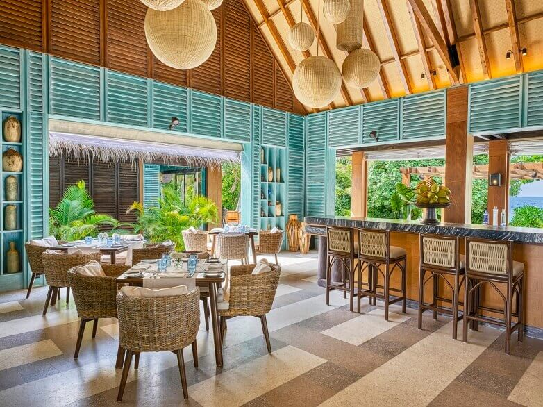 joali maldives restaurants,green wood panel restaurant,tropical restaurant interior design,green and brown restaurant decorating ideas,restaurant maldives luxury,