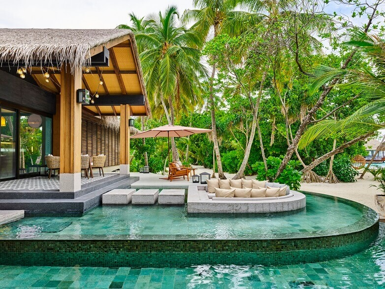 joali maldives bar with pool,best luxury resorts maldives,romantic holidays for couples,most romantic honeymoon destinations,bar lounge in the pool,