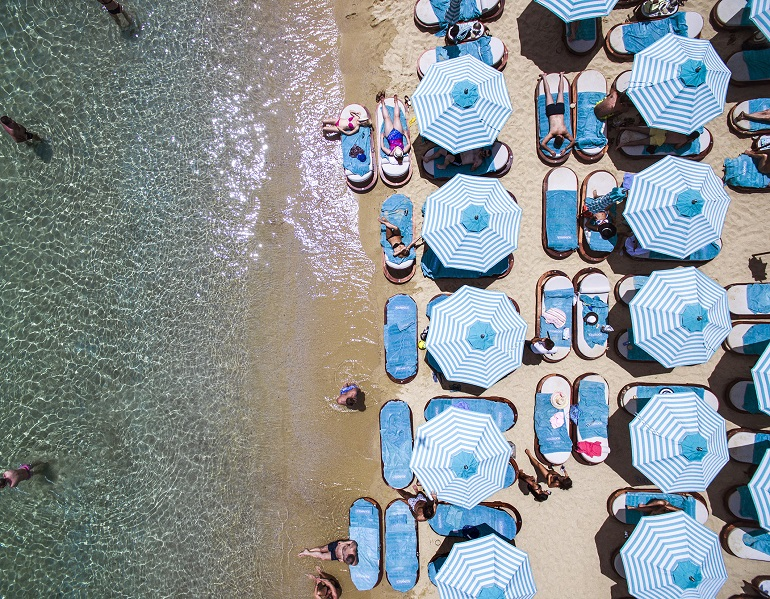 nammos mykonos,mykonos,Greece,Psarou Beach,beaches in Greece,sandy beach,famous beaches,sun loungers,parasol,parasol design,tuuci,restaurants,restaurant design,best restaurants,best restaurants in Greece,hospitality design,hospitality