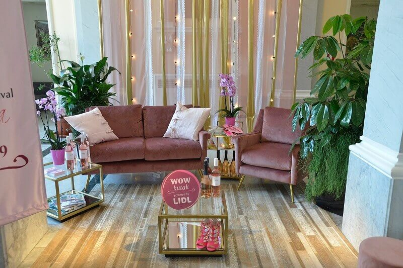 wow kutak pink day,rose wine exhibition zagreb,pink and lilac living room,lilac velvet couch,exhibition displays ideas,