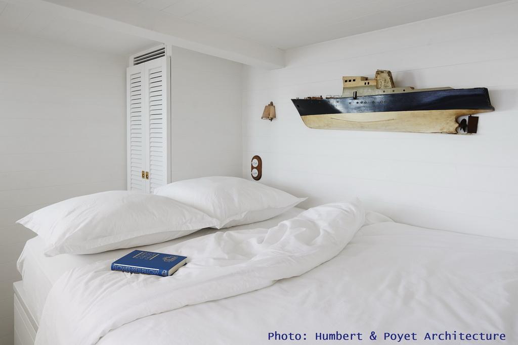 R_HumbertPoyet-Architecture_Cabanon-La-Mer-Veille_bedroom_Archi-living_resize.jpg