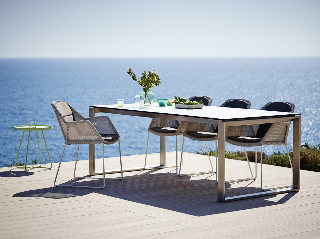 SLIKA-2-Breeze_armchair_white-grey_Edge_table_white_210x100_13a_1_FF_resize.jpg