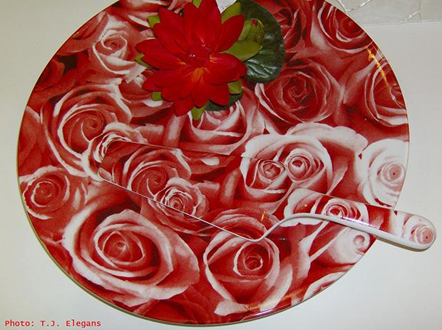 roses decoration table,food tray design,romantic dinner ideas,red roses centerpieces ideas,red table decor wedding,