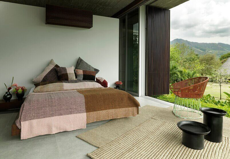south american style bedroom,decorating with natural fiber rugs,carpets made of plants,natural bedspread king size,beautiful bedroom with garden view,
