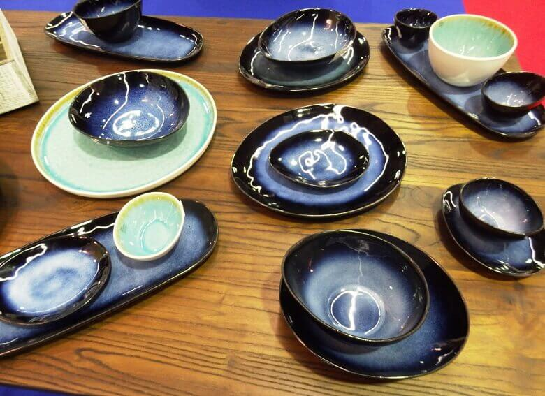 blue green pottery dishes,colorful pottery bowls,opremanje stola za restorane,table setting ideas,colorful tableware party,