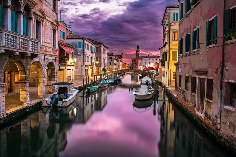 colorful houses in italy,boats on the canal italy,canal towns in italy,romantic photo in italian canal town,italian architecture design,