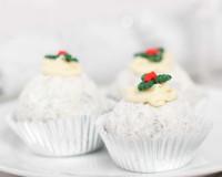 cupcakes holiday theme,decorative cupcakes for weddings,cupcakes designs for weddings,cupcakes as centerpieces,white cupcake ideas,