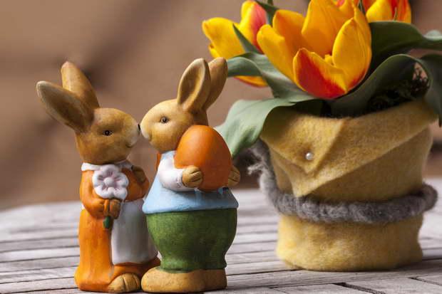 Easter,Easter table,Easter eggs,Easter egg basket,Easter bunny,decorated eggs,Nature design,holiday table,table decoration ideas,table setting ideas,table arrangement ideas,tulips,seasonal decorations,spring design,spring decorations,spring flowers,flower vase,art,artwork,art ideas,