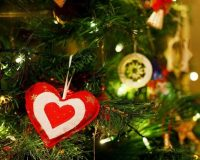 red and white heart decorations,Christmas tree home decorating ideas,creative Christmas tree ideas,designers holiday ideas,holiday lights on a tree,
