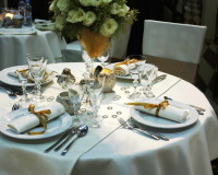 golden holiday decoration ideas,white gold silver wedding theme,gold white and silver wedding decor,decorating napkins with ribbon,festive holiday table settings,